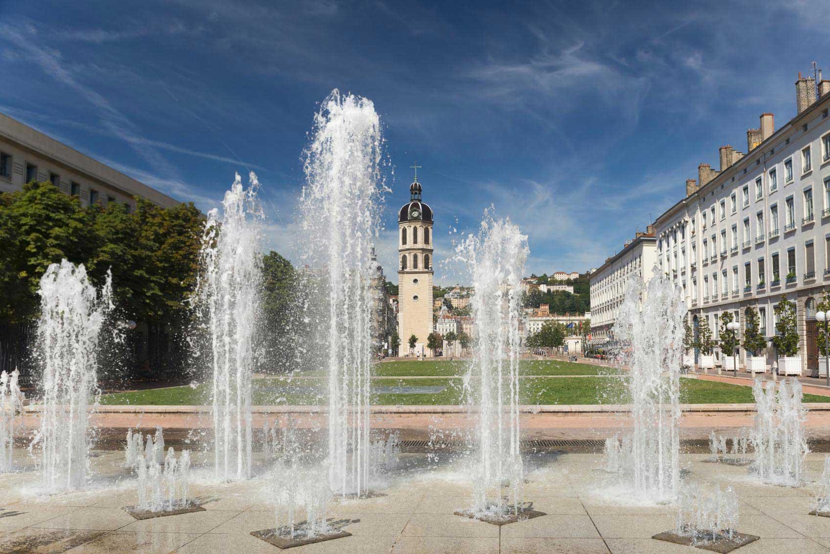 La place Antonin-Poncet et ses jets d'eau