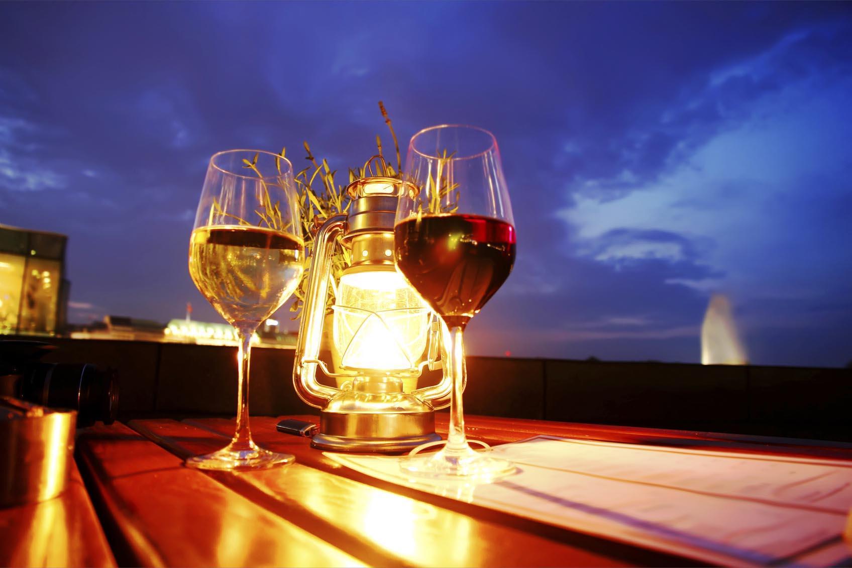 deux verres de vin Bordelais en terrasse