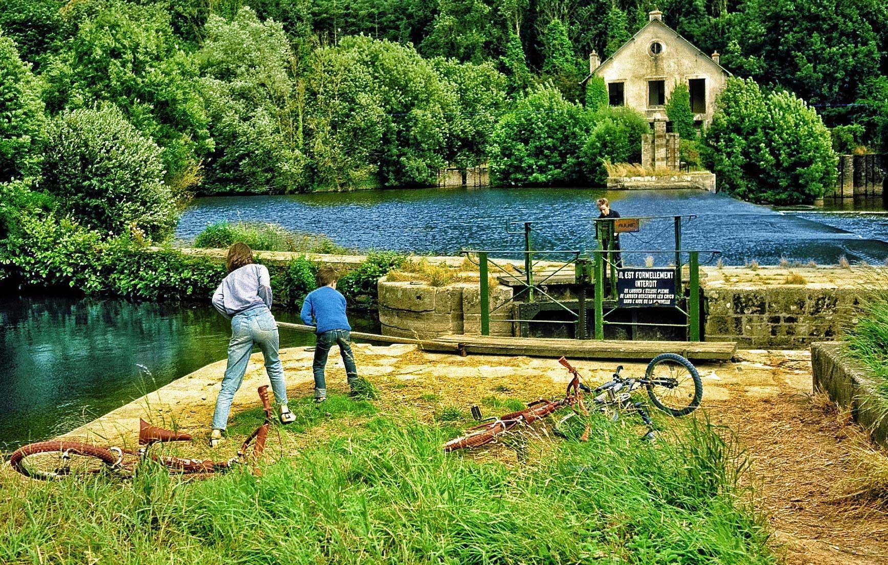 La rivière de l'Aulne reliant Nantes et Brest. 2 personnes se baladent à vélo