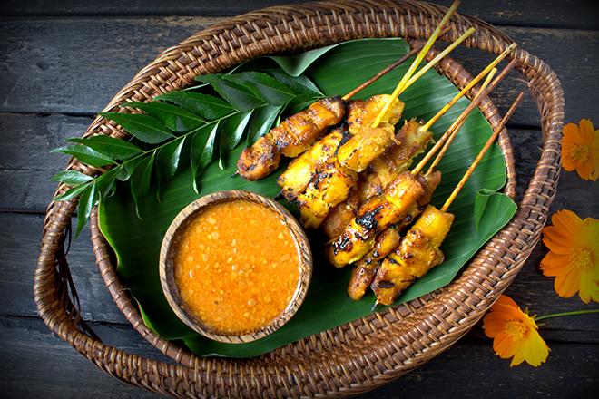 Bali: preparar un pescado con salsa satay en Seminyak