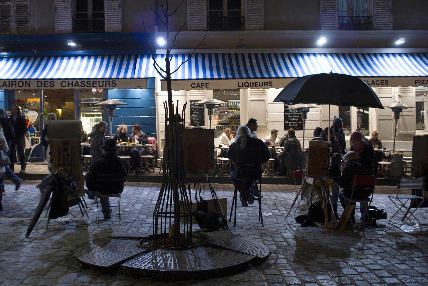 Artistes de rue et touristes sur la place du Tertre
