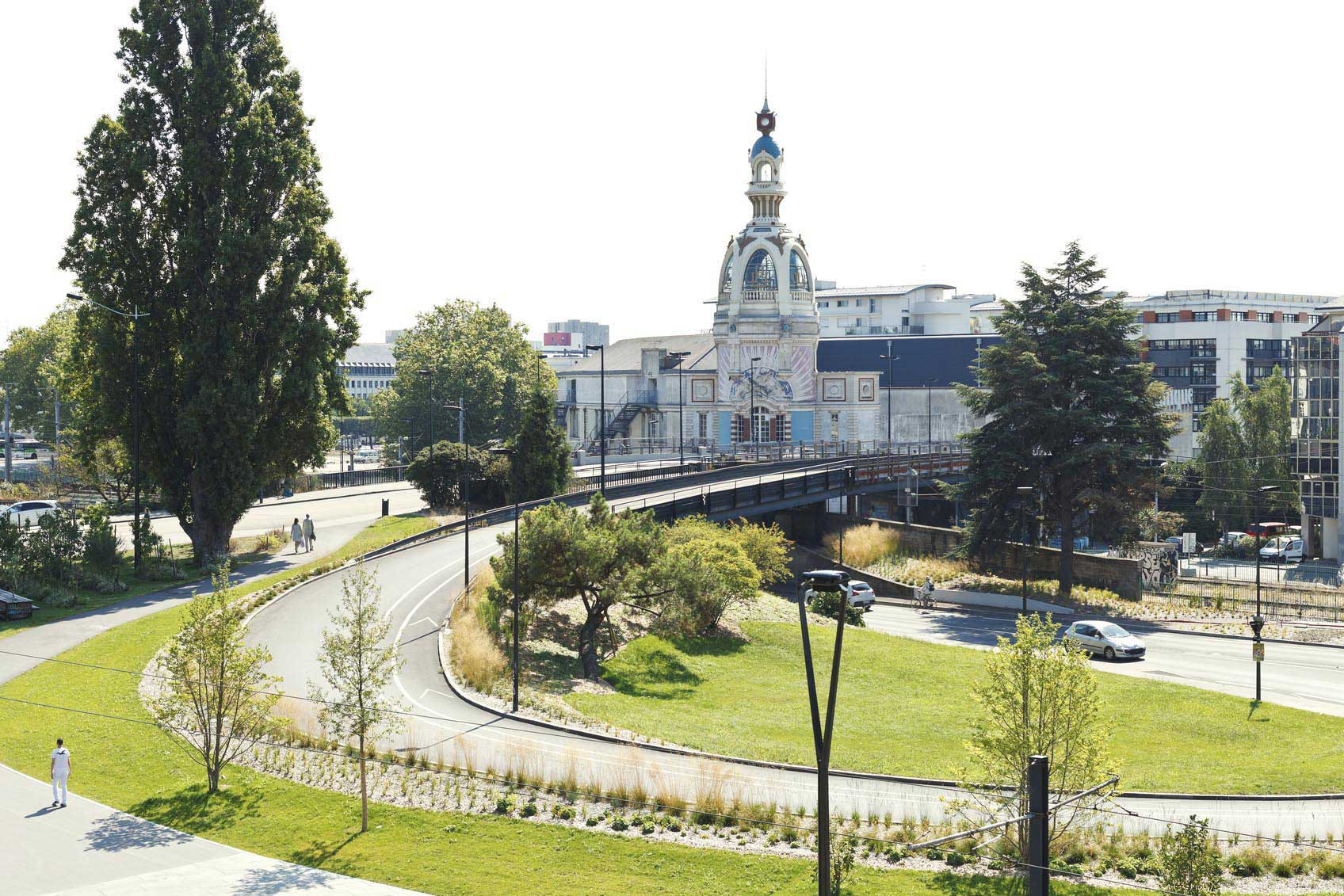 Le Lieu unique est un centre culturel contemporain accueillant de nombreux artistes