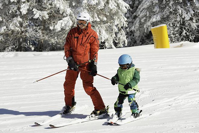 nartach, snowboardzie, dzieci