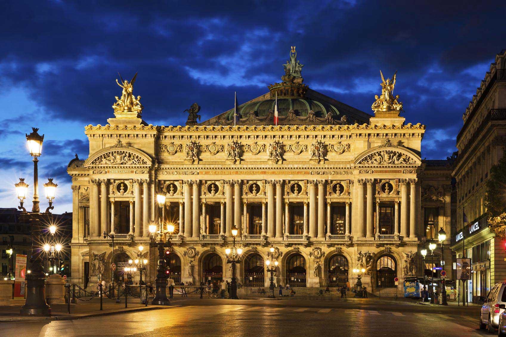 Une vue de nuit de l'Opéra National de Paris