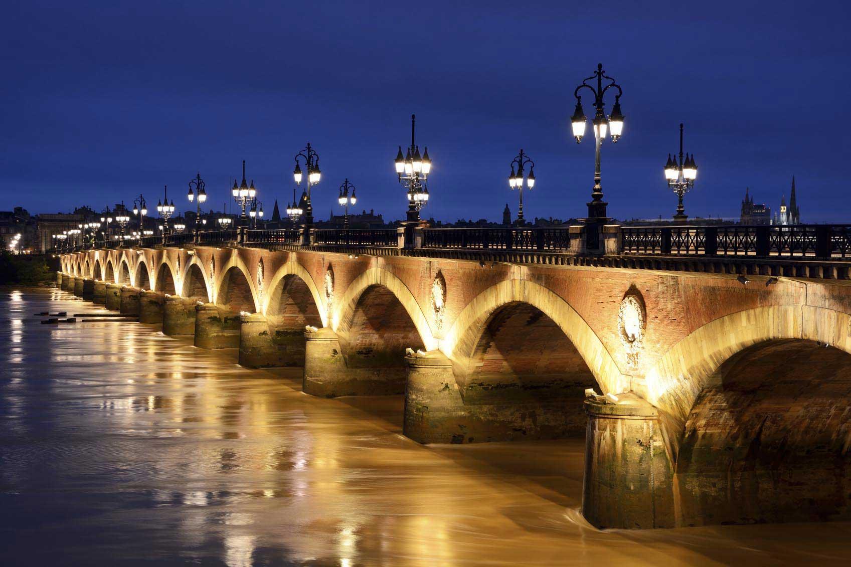 Nuit tombante sur le pont de Pierre illuminé