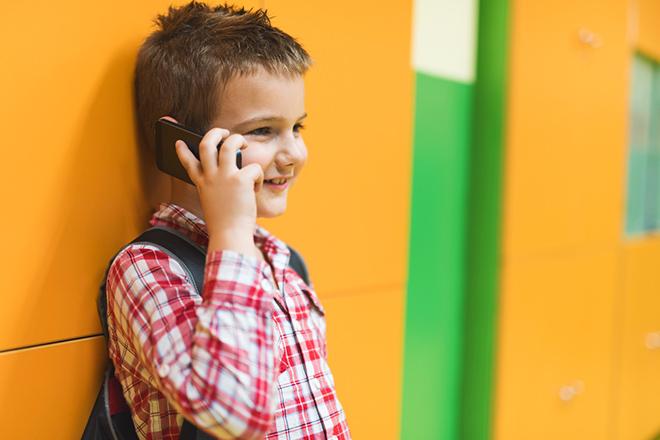 enfant au téléphone