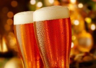 Ein Weihnachtsbier trinken
