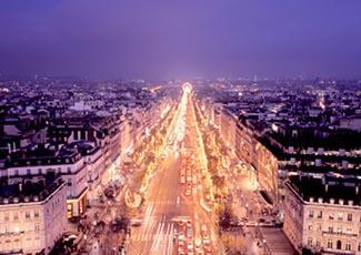Einen Panoramablick über die hell erleuchtete Stadt werfen