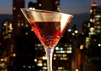 Einen exotischen Cocktail trinken