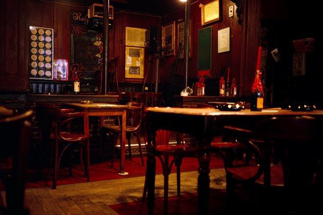 Bier in einem braunen Café