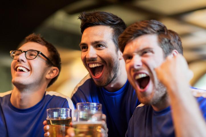 Amigos no bar assistindo a um jogo de futebol