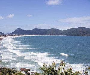 Aprender a surfar nas melhores ondas do Brasil