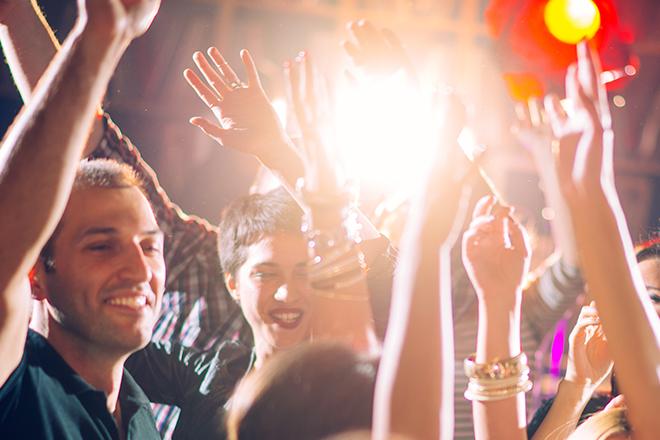 Jovens dançando na balada