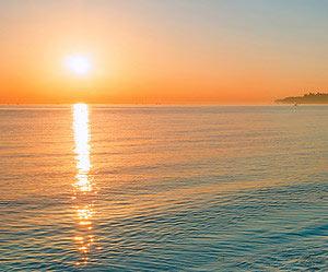 Einen romantischen Abend an einem einsamen Strand verbringen