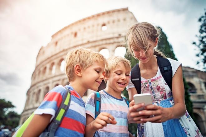 Baby turisti davanti al Colosseo