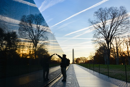 Un hombre observa el memorial