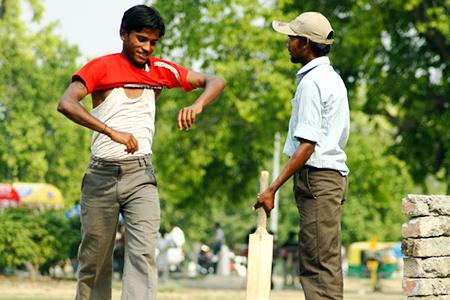 Dos hombres en un partido de cricket