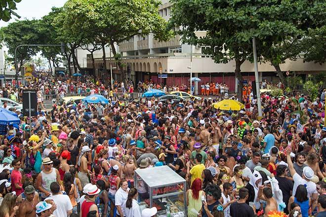 Foliões curtindo um bloco de rua em Ipanema