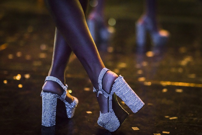 Mulheres fantasiadas em um baile de Carnaval