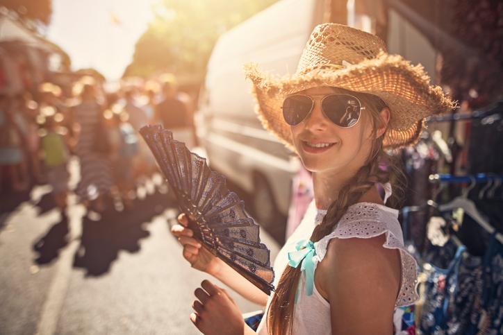 Moça fazendo compras em Puerto Iguazu, Argentina