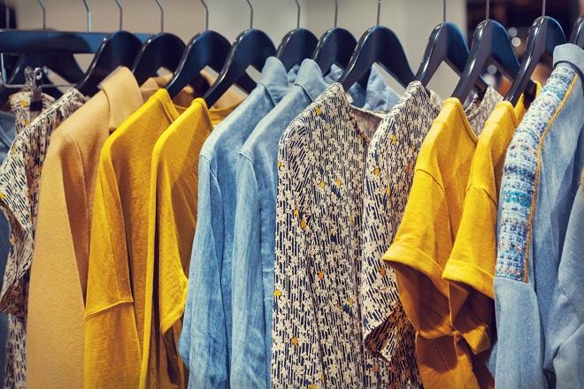 Escolhendo roupas no brechó