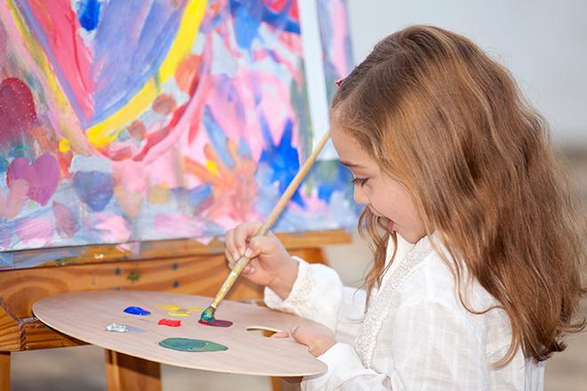 Criança pintando quadro (Foto: Getty Images)