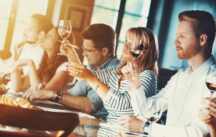 Turma participando de uma degustação de vinhos