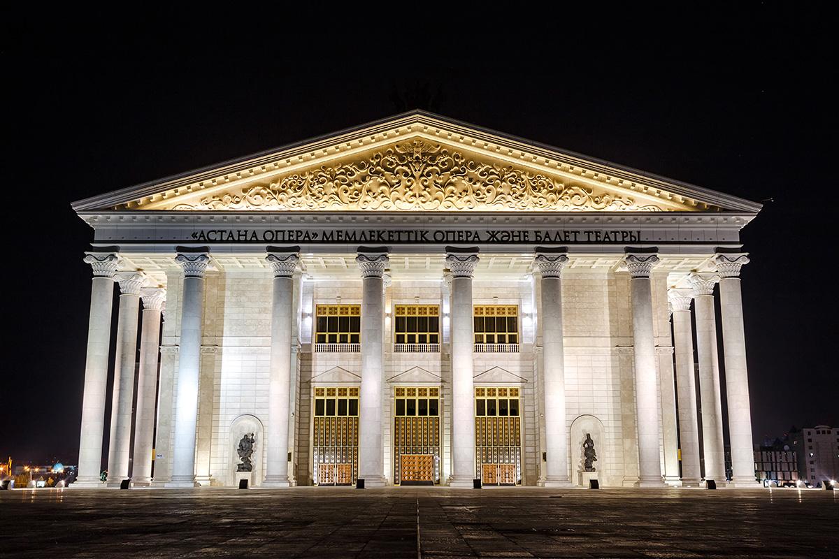 Здание театра оперы и балета в Астане