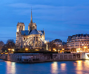 Avoir une vue panoramique de la ville illuminée