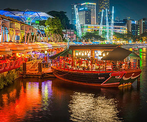 Einen panoramablick über die erleuchtete stadt haben in Singapur