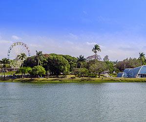Explorar um marco da arquitetura moderna brasileira na Lagoa da Pampulha