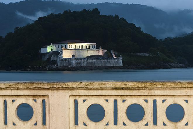 Iluminação da Fortaleza da Barra Grande à noite