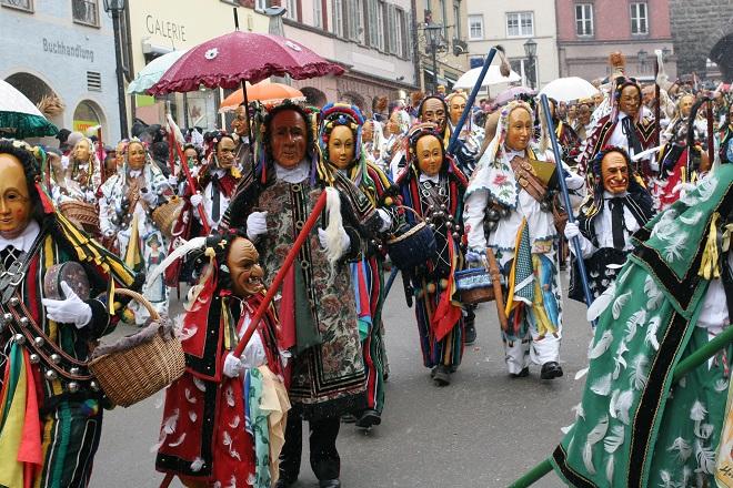 Carnavalsvierders in optocht