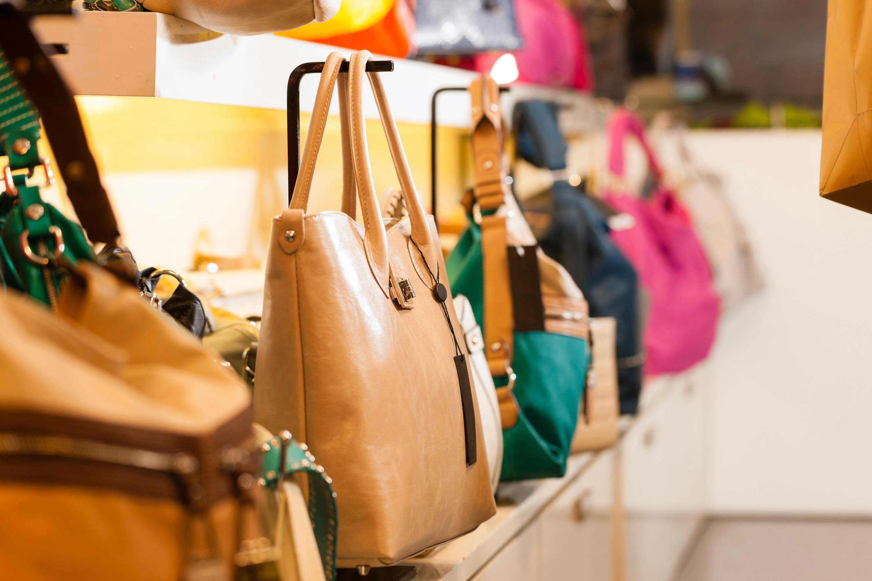 reparto borse di un negozio a parigi