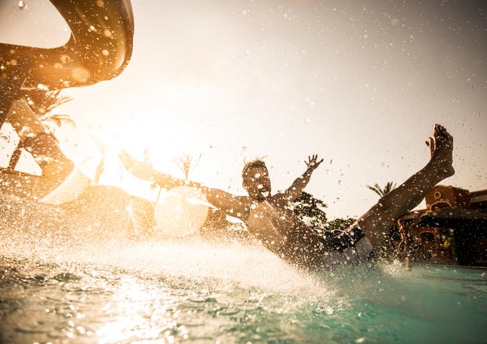 Homem se divertindo na piscina