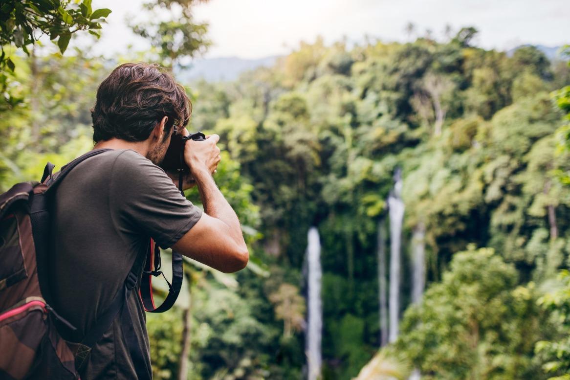 homem_fotografando_uma_cachoeira