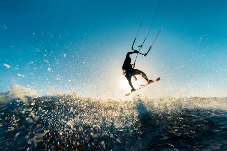 homem_praticando_esqui_aquatico