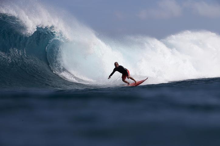 homem_surfando_em_uma_grande_onda