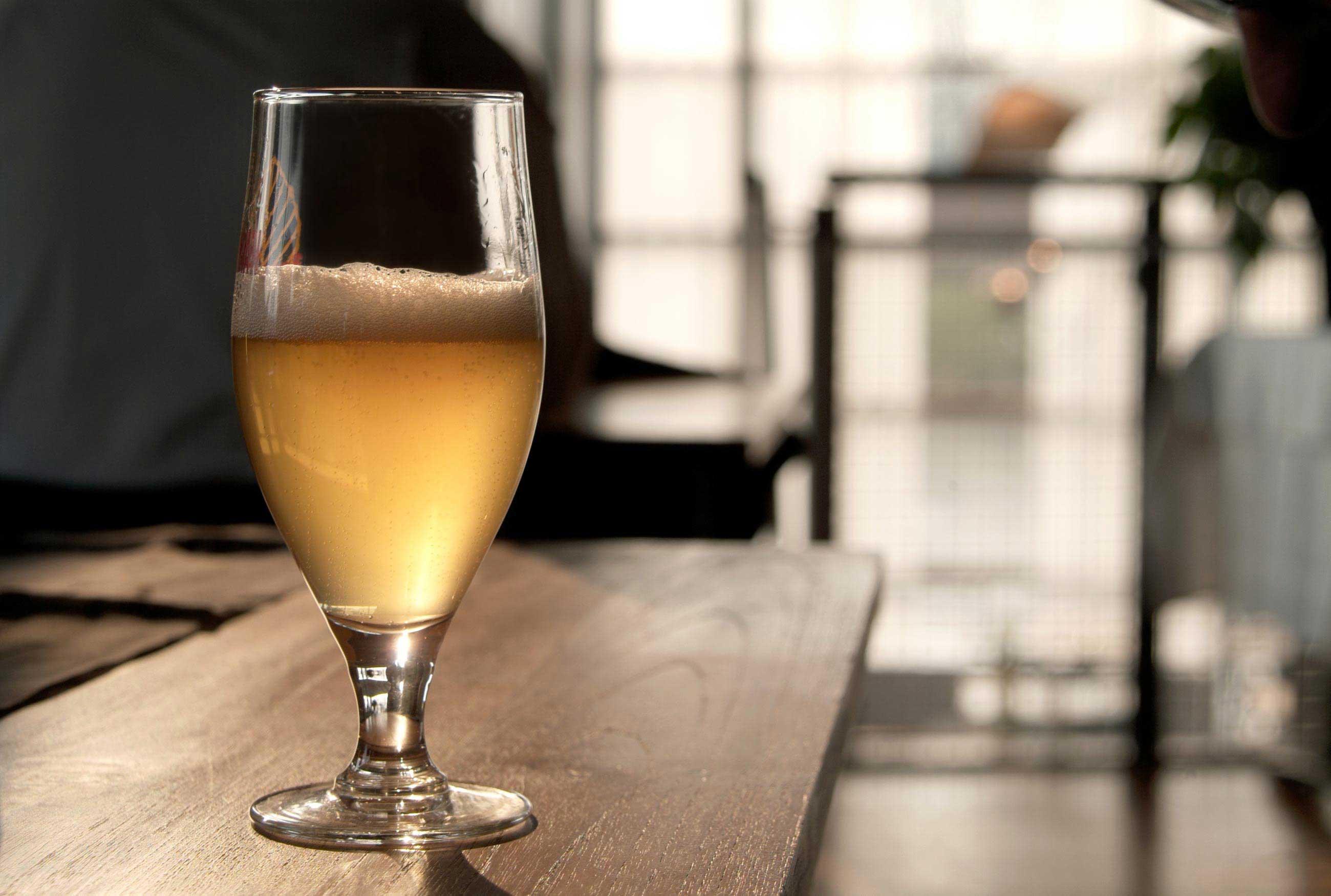 Ein kühles Bier genieBen