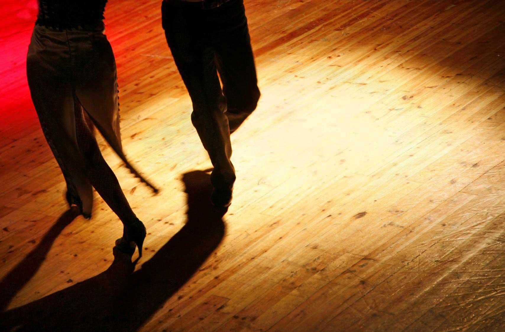 Zu heiBen Rhytmen tanzen