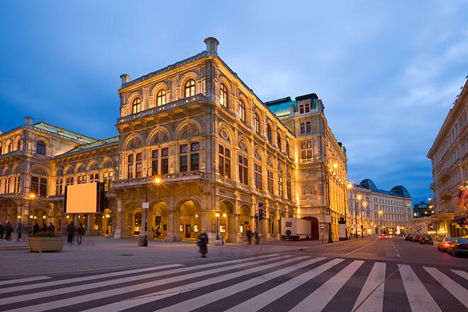 Valse en couple dans les rues de Vienne