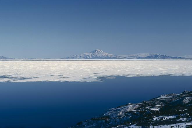 Buceo bajo el hielo en McMurdo Sund en La Antártida