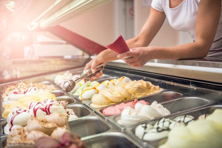 Moça, com casquinha na mão, servindo sorvetes artesanais
