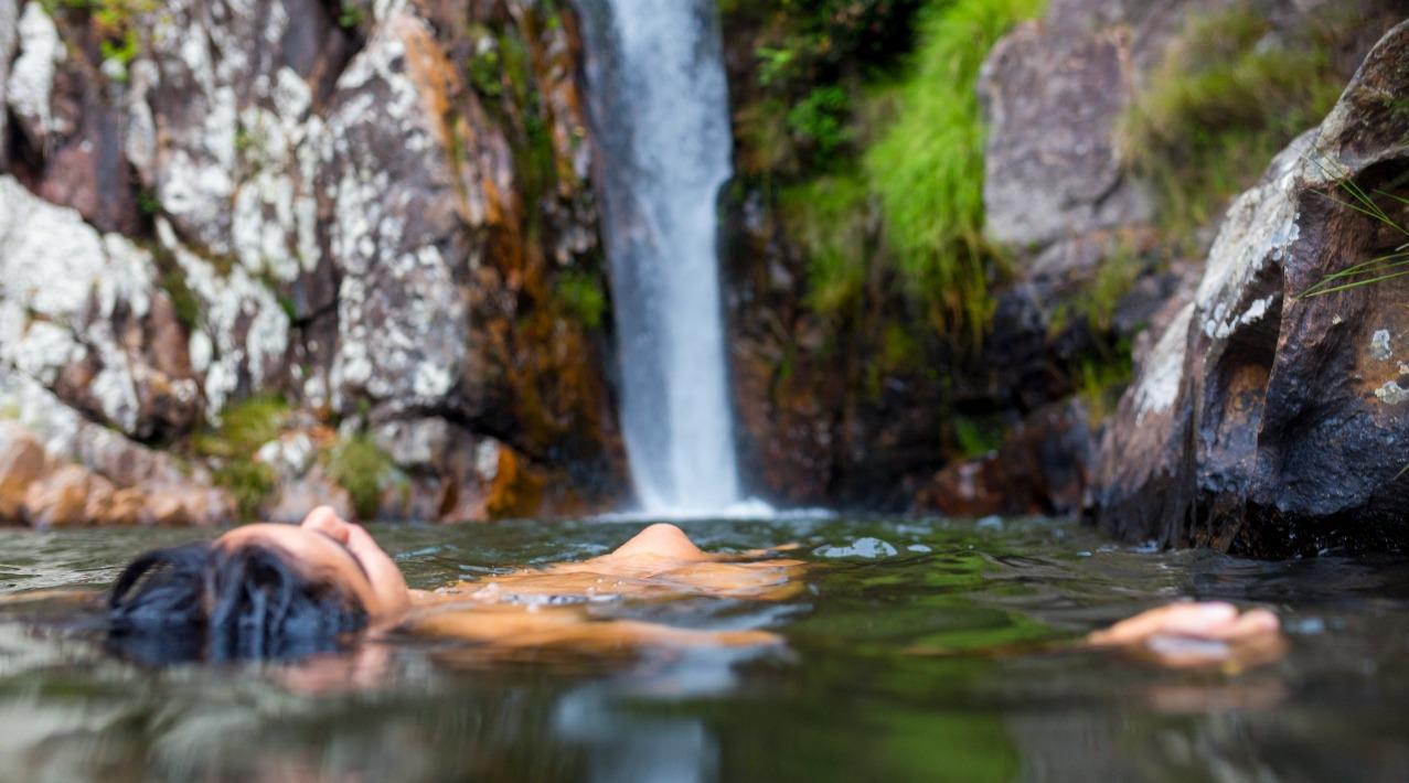 mulher_flutuando_na_cachoeira