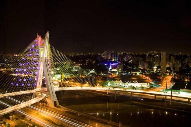 Ponte Estaiada iluminada para o Natal em São Paulo