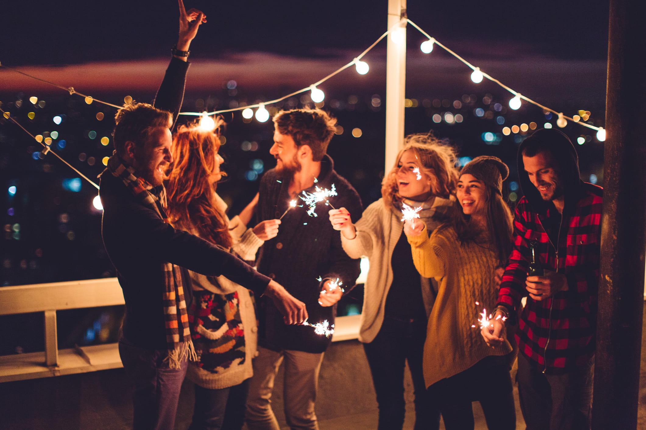 Groupe d'amis sur un toit New Yorkais