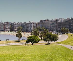 Conheça a orla de Montevidéu em um tour de bike