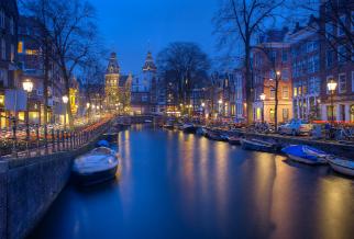 De smalle Amsterdamse straatjes verlicht