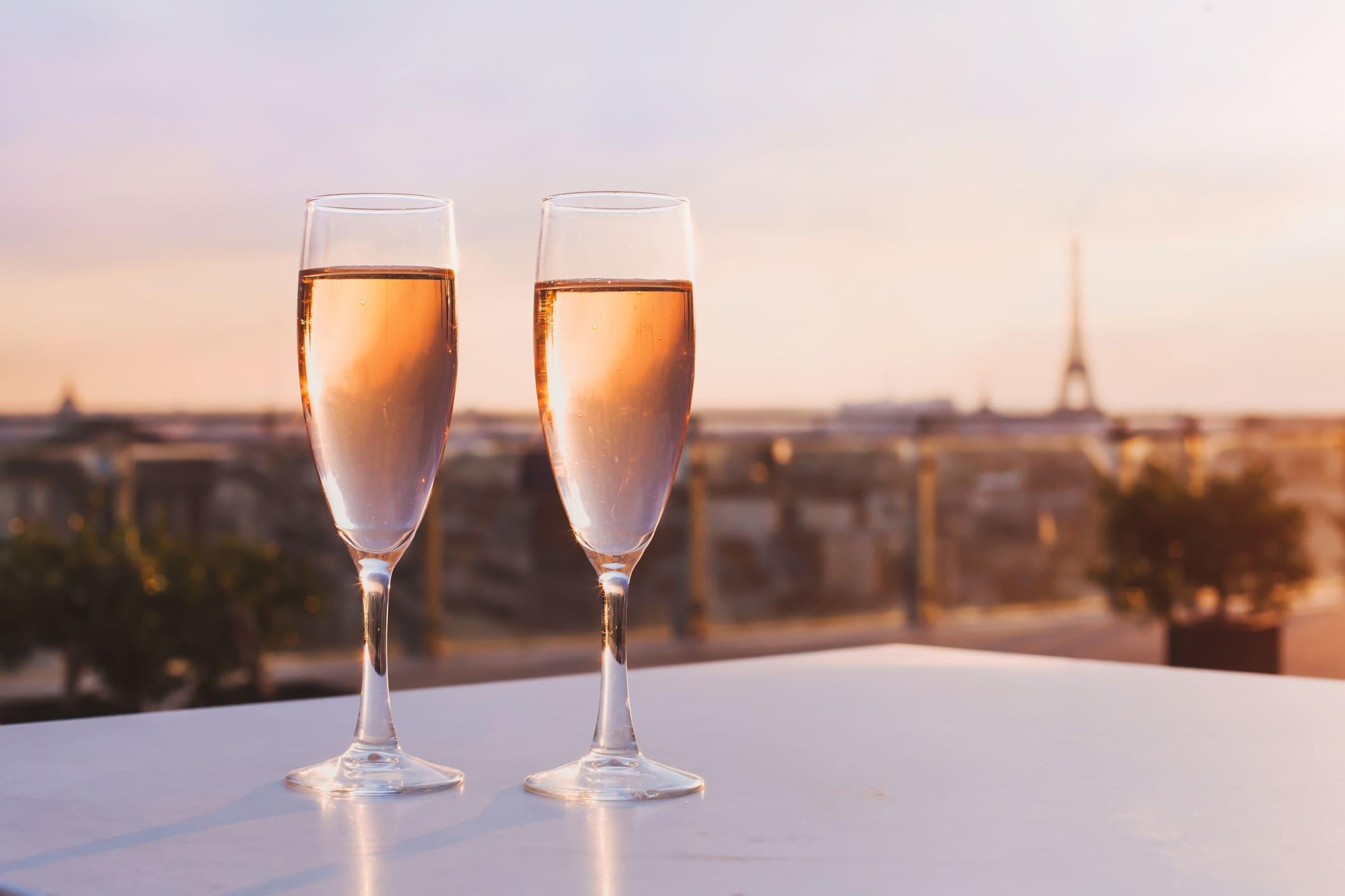 Champagne devant la Tour Eiffel