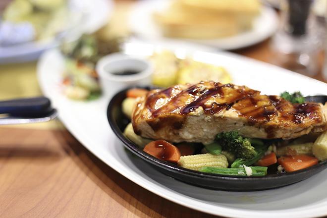 Peixe grelhado com legumes